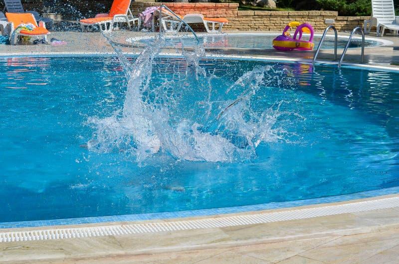 水飞溅在游泳场的 免版税库存照片