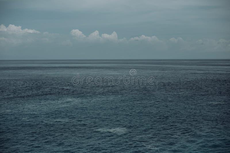 水,天空,作为背景的云彩 海洋,波浪 免版税图库摄影