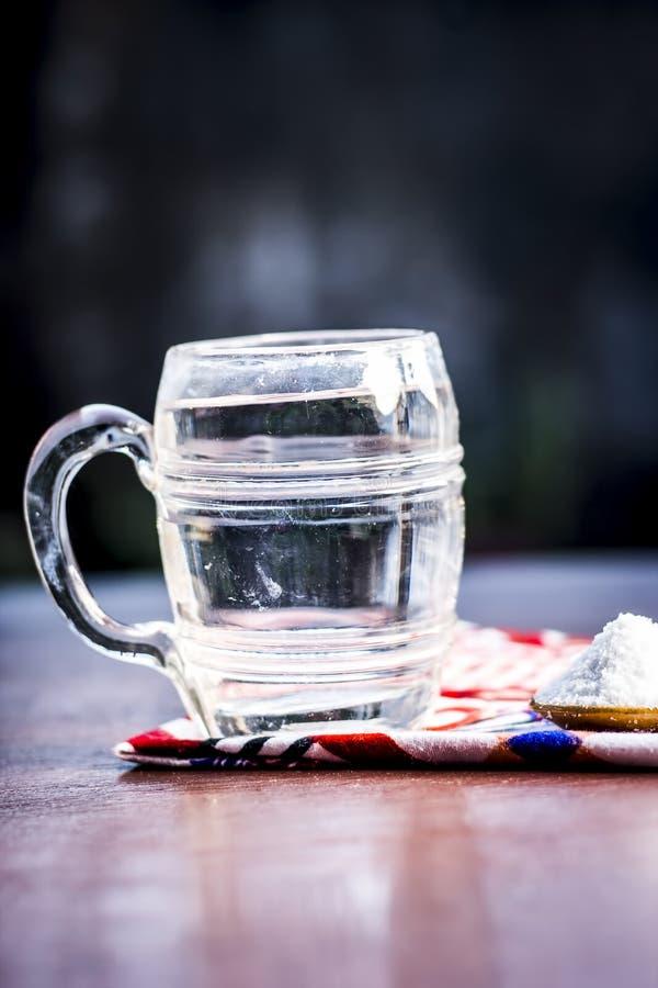 水&盐,木表面上的氯化钠 免版税库存图片
