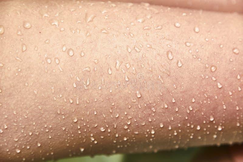 水Goosebumps和滴在女性皮肤的 库存图片