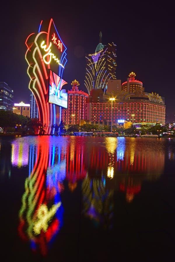 永利澳门酒店电视板塔和澳门新葡京酒店有光反射的在Performance湖 免版税库存照片