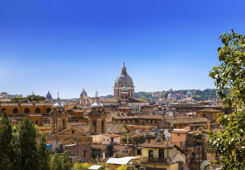 永恒的城市,从西班牙步的看法的圆顶和屋顶 罗马 库存照片