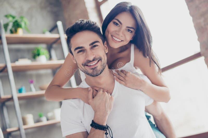 永远爱 年轻西班牙恋人美好的夫妇是hugg 免版税库存照片