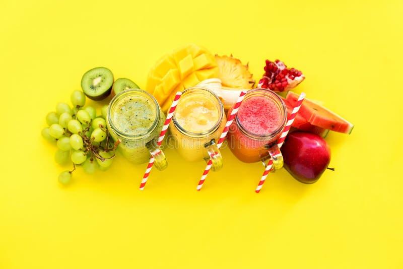 汁液圆滑的人红色绿色黄色热带水果 库存照片