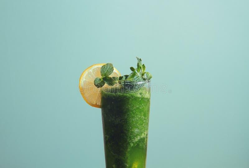 汁液汁mojito有蓝色背景 免版税库存图片