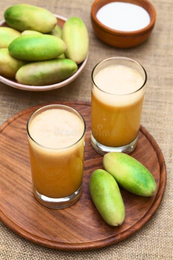汁液由香蕉Passionfruit (拉特制成 西番莲Tripartita) 库存照片