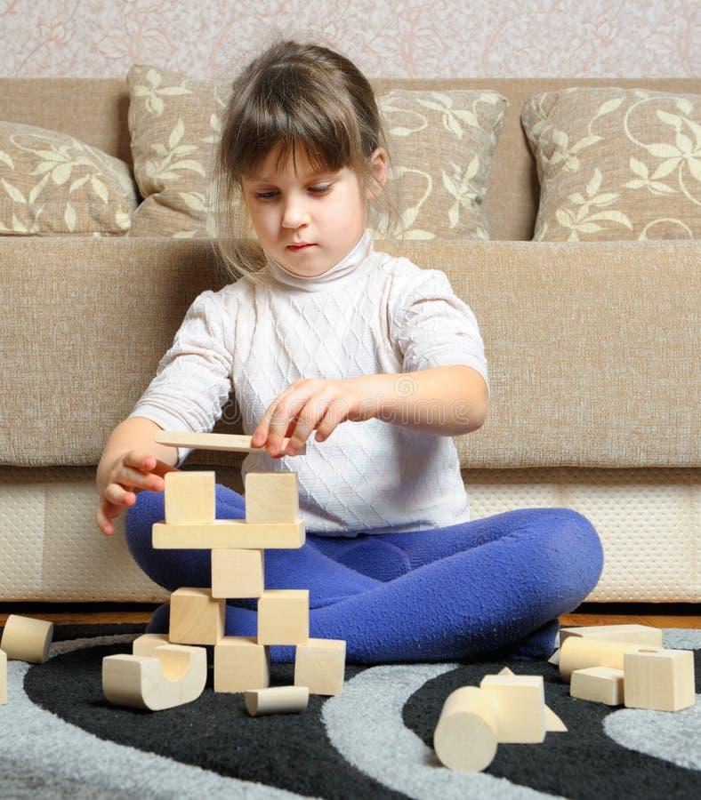 求木女孩小的作用的玩具的立方 免版税库存照片