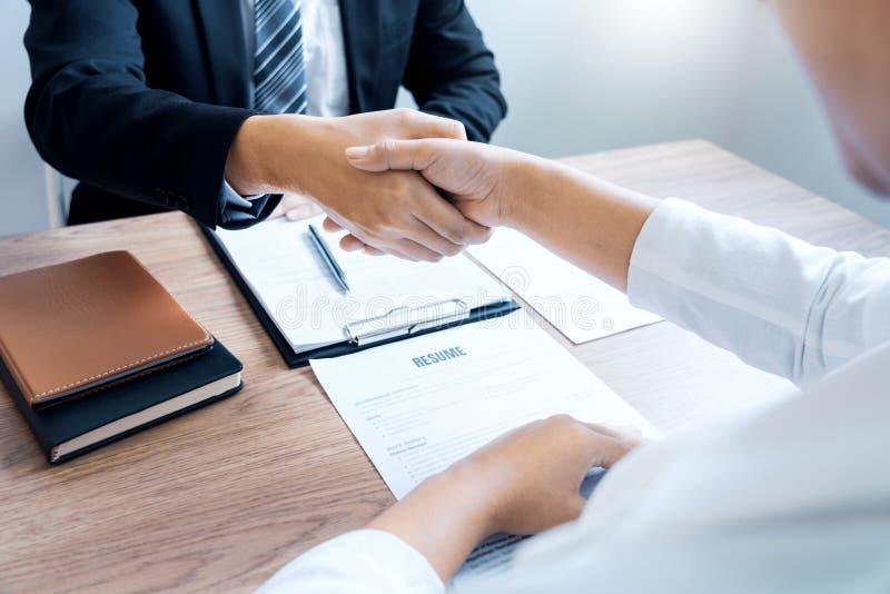 求职者事务、事业和握有候选人的安置买卖人手在成功的交涉以后或 免版税图库摄影