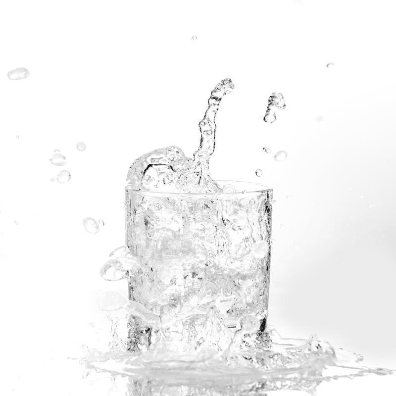 求飞溅水的玻璃冰的立方 免版税库存照片