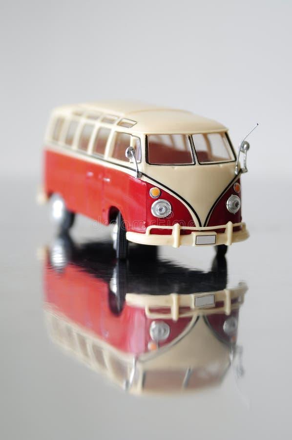 汇集汽车小巴的比例模型在灰色背景的 库存图片