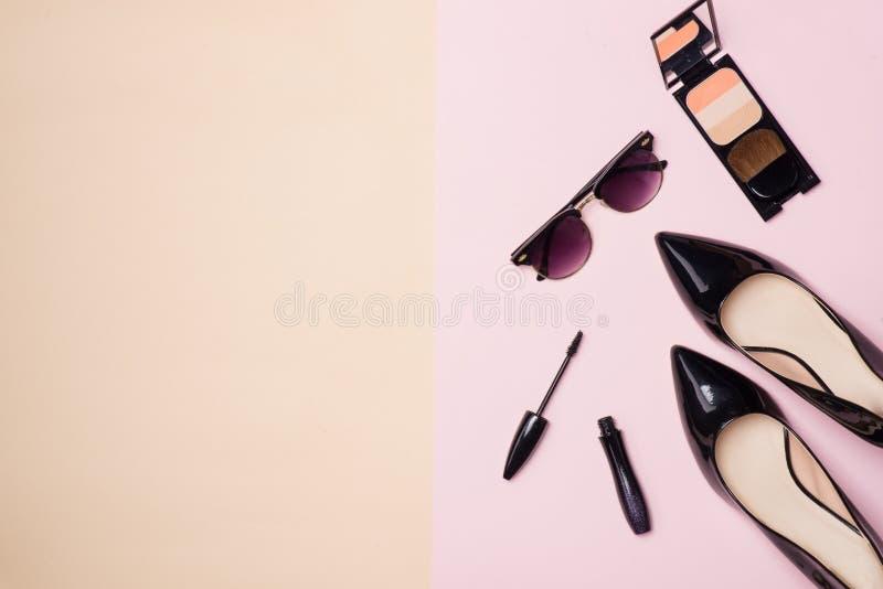 汇集组成与照相机和鞋子的化妆秀丽  免版税库存照片