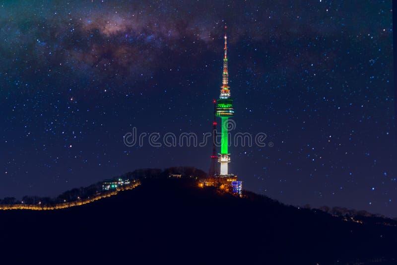 汉城塔和银河星系在汉城,韩国 库存照片