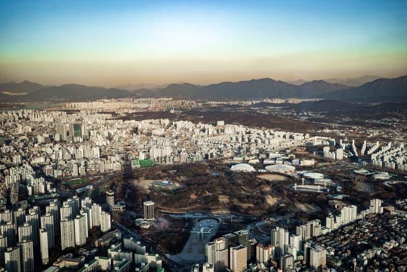 汉城,韩国鸟瞰图都市风景  鸟瞰图在Jamsil的洛特塔 汉城看法有河和山的 库存照片
