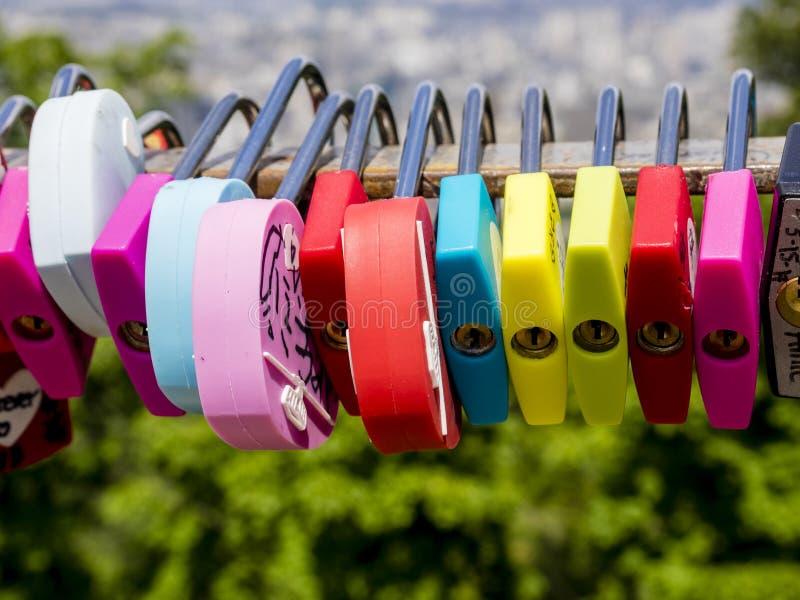 汉城,韩国- 2017年6月3日:五颜六色的爱挂锁,汉城,Namsan公园 E 图库摄影