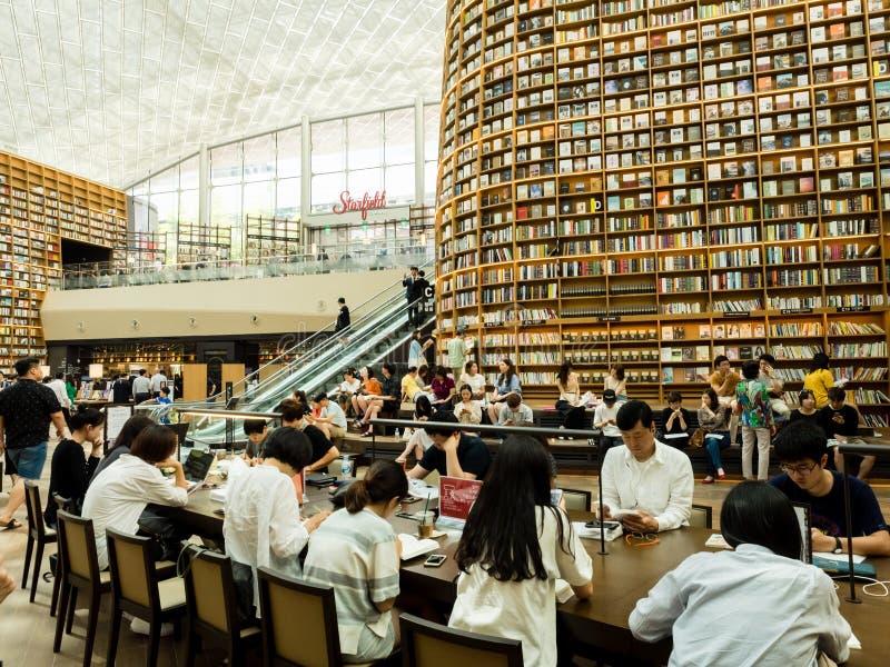 汉城,韩国- 2017年6月22日:人开会和看书在Starfield科厄购物中心的Starfield图书馆里 免版税库存照片