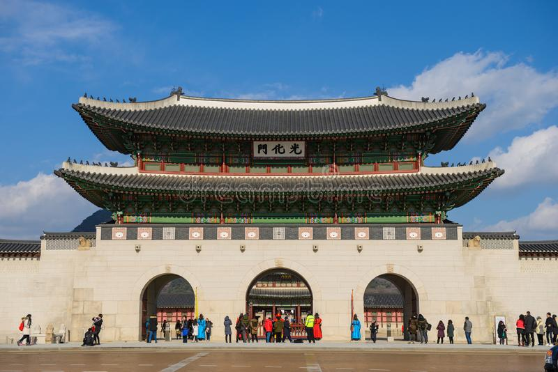 汉城,韩国- 2015年12月16日:巨型和华丽地装饰的Gwanghwamun门是大门对汉城` s Gyeo 库存图片