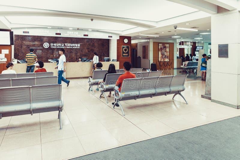 汉城,韩国- 2015年8月12日:等待在延世大学巨蟹星座医院-非常有名望的h注册台的许多人民  免版税库存图片