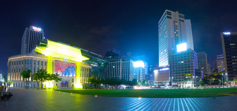 汉城,韩国- 2017年3月28日:与消遣广场和企业大厦的Cityhall大厦临近它-汉城,韩国 免版税库存照片