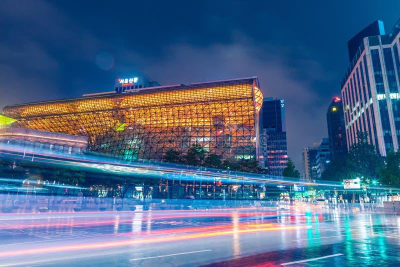 汉城,韩国- 2015年8月16日:汉城大城市政府新的香港大会堂大厦在晚上2015年8月射击了16日 库存照片