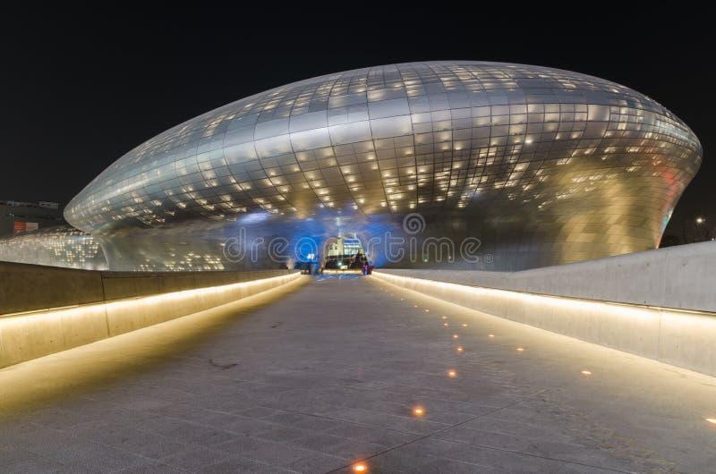 汉城,韩国- 3月29 :Dongdaemun设计广场,设计由著名建筑师萨哈・哈帝 2015年3月29日在汉城 库存照片