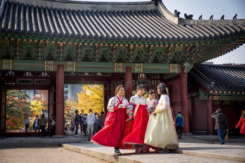 汉城/南韩国06 11 2016年:女孩模型在汉城王宫 库存图片