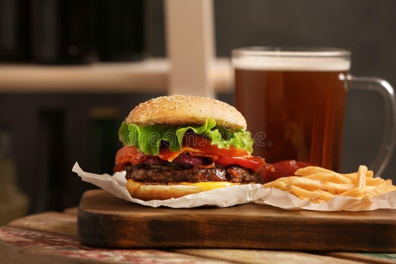 汉堡、啤酒和薯条 免版税库存图片