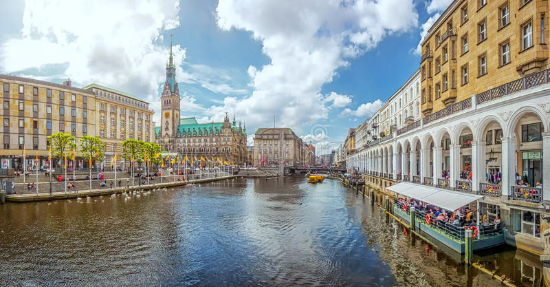 汉堡与城镇厅和阿尔斯坦河,德国的市中心 免版税库存照片