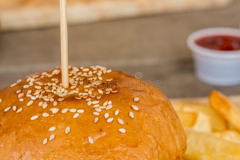汉堡包和炸薯条在木头 免版税库存照片
