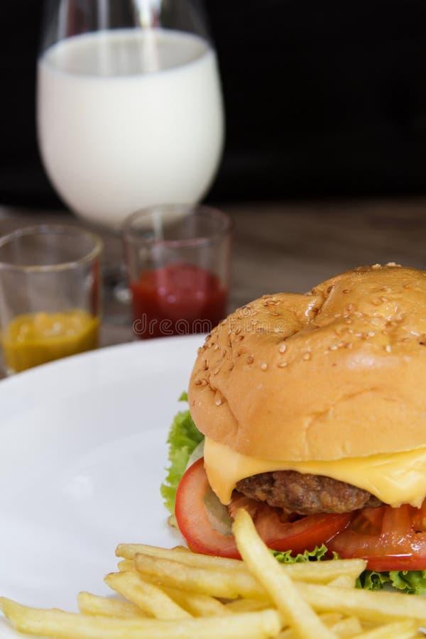 汉堡包和牛奶 库存图片