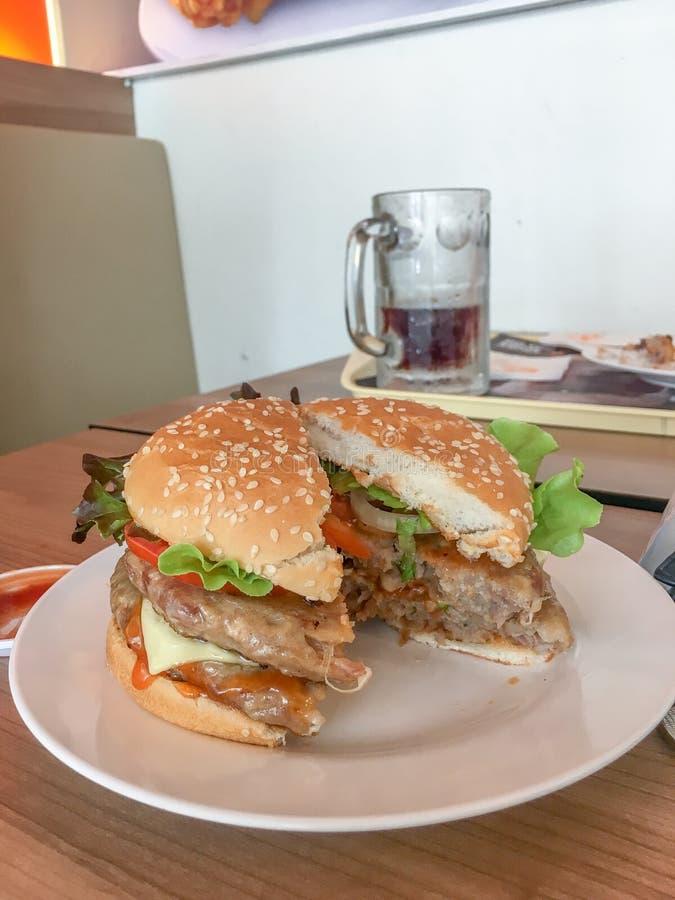 汉堡包用乳酪、肉和新鲜蔬菜 免版税库存照片