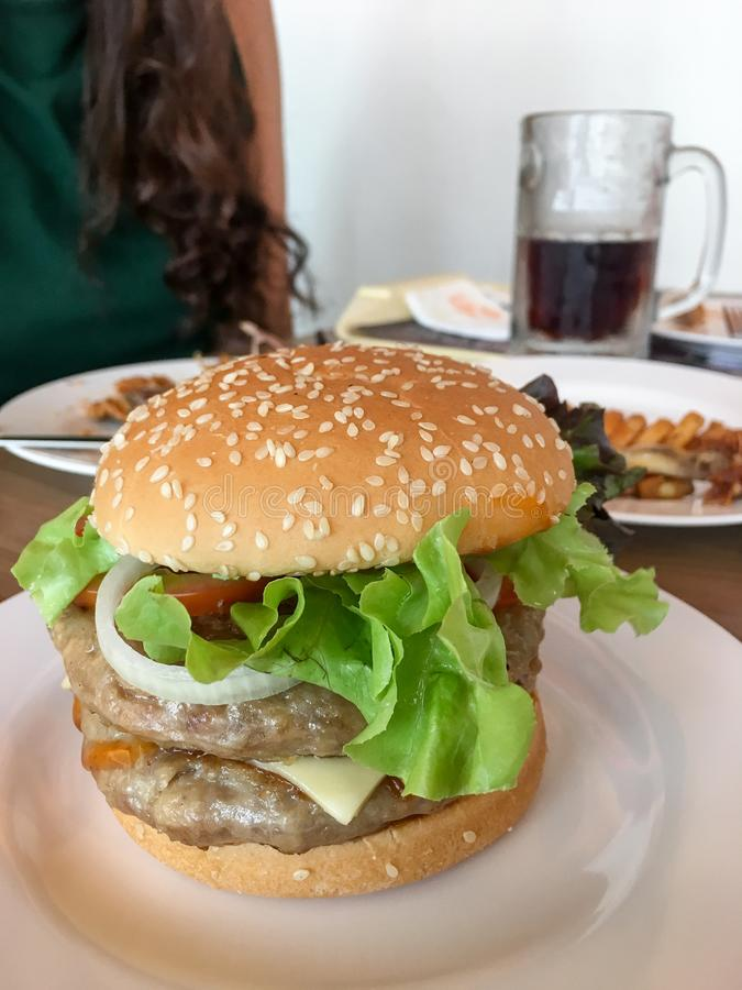 汉堡包用乳酪和新鲜蔬菜 免版税库存图片