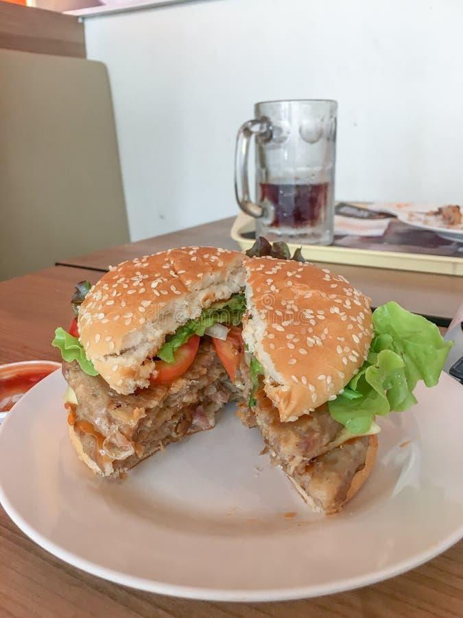 汉堡包用乳酪和新鲜蔬菜 免版税库存照片