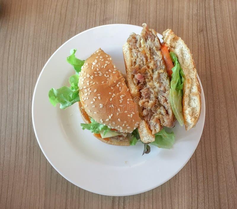 汉堡包用乳酪和新鲜蔬菜 库存照片