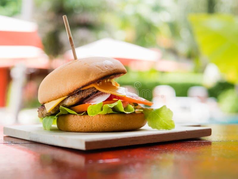 汉堡包用莴苣和乳酪 免版税图库摄影