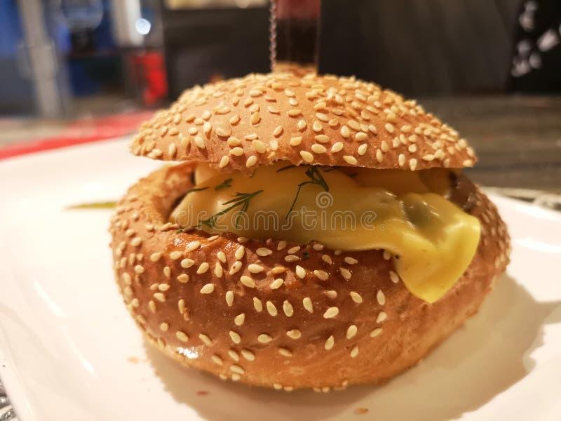 汉堡包用蘑菇和乳酪接近  库存照片