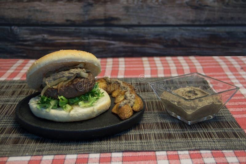 汉堡包用蘑菇酱油 库存图片