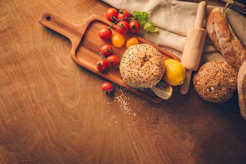 汉堡包自创在木桌上 库存图片