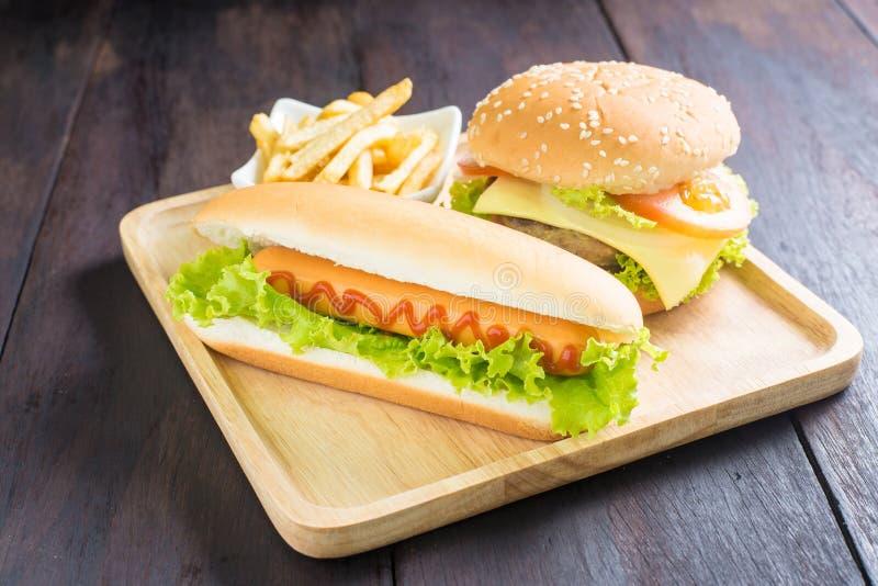 汉堡包,热狗,在木头的炸薯条 库存照片