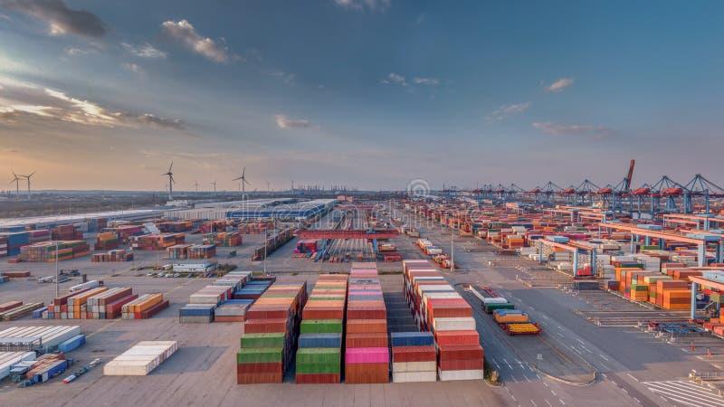 汉堡港的集装箱码头好天气的 库存照片