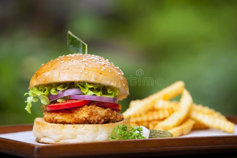 汉堡用在木头的油煎的土豆 库存图片