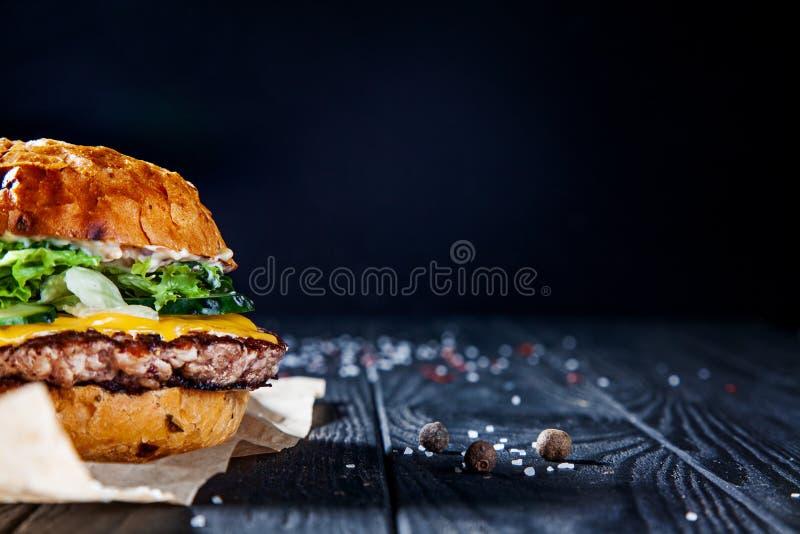 汉堡用肉、调味汁、盐和菜在工艺纸 免版税图库摄影