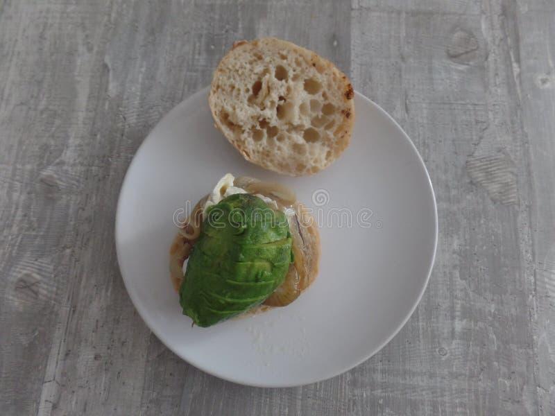 汉堡用葱和鲕梨在ciabatta卷 免版税库存照片