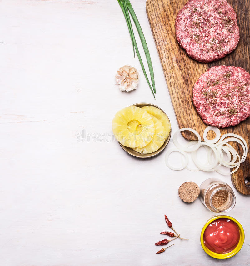 汉堡的成份,葱离开,西红柿酱,洋葱圈,菠萝边界,在木土气背景t的地方文本 免版税库存图片