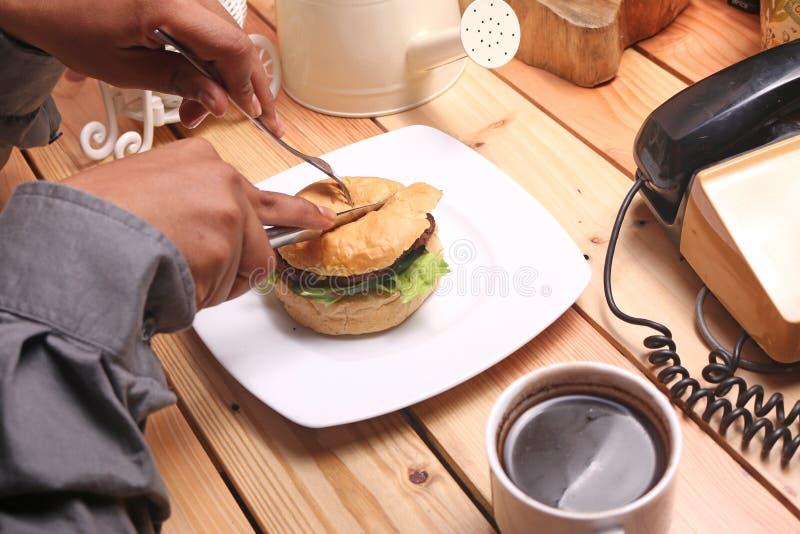 汉堡盘是立即可食和一个杯子无奶咖啡 库存照片
