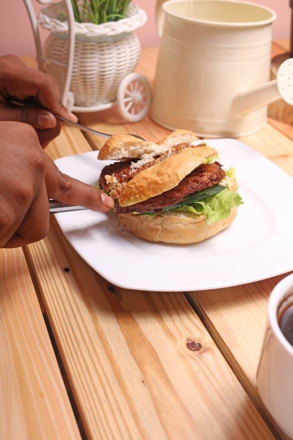 汉堡盘是立即可食和一个杯子无奶咖啡 免版税库存照片