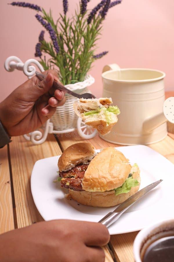 汉堡盘是立即可食和一个杯子无奶咖啡 免版税库存图片