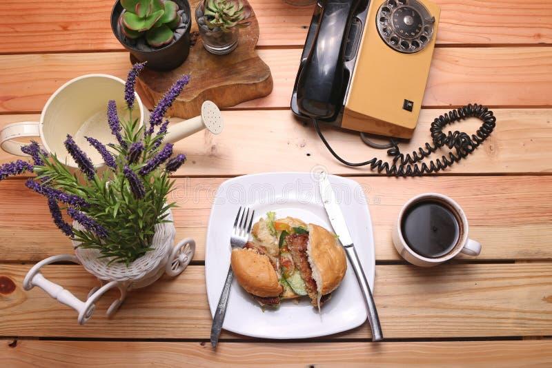 汉堡盘是立即可食和一个杯子无奶咖啡 库存图片