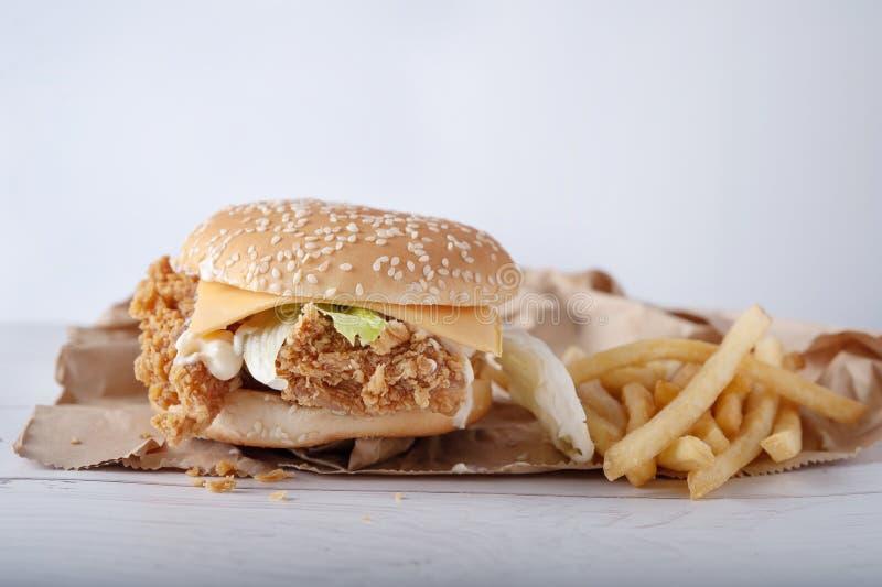 汉堡鸡乳酪酥脆木桌 库存照片