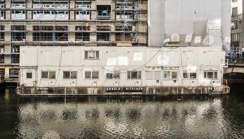 汉堡,德国,6月6日 2018年:有工地工作办公室的浮动工地工作容器在阿尔斯坦的一艘浮船的 免版税库存图片
