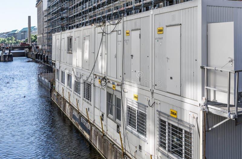 汉堡,德国,6月6日 2018年:有工地工作办公室的浮动工地工作容器在阿尔斯坦的一艘浮船的 库存图片